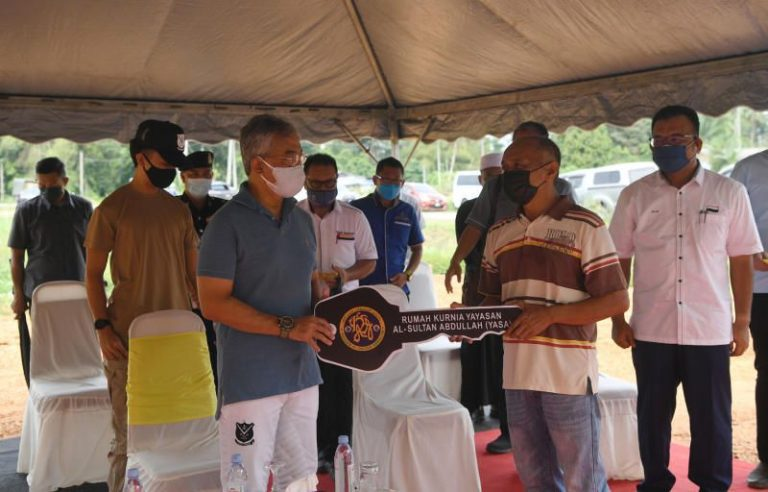 King presents house keys to families affected by floods